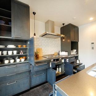 札幌のトランジショナルスタイルのおしゃれなキッチン (一体型シンク、落し込みパネル扉のキャビネット、グレーのキャビネット、ステンレスカウンター、白いキッチンパネル、グレーの床、グレーのキッチンカウンター) の写真