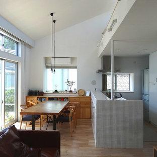 東京23区の中サイズのモダンスタイルのLDKの画像 (無垢フローリング、ベージュの床、フラットパネル扉のキャビネット、白いキャビネット、ペニンシュラ型)