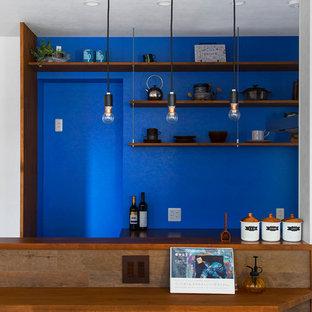 Создайте стильный интерьер: маленькая линейная кухня в современном стиле с открытыми фасадами, фасадами цвета дерева среднего тона, столешницей из дерева и синим фартуком - последний тренд