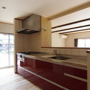 他の地域のアジアンスタイルのおしゃれなキッチン (一体型シンク、インセット扉のキャビネット、赤いキャビネット、ステンレスカウンター、白いキッチンパネル、セラミックタイルのキッチンパネル、シルバーの調理設備、淡色無垢フローリング、アイランドなし) の写真