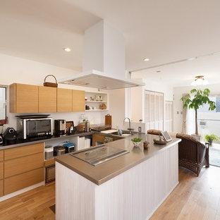 京都の北欧スタイルのおしゃれなキッチン (シングルシンク、フラットパネル扉のキャビネット、中間色木目調キャビネット、ステンレスカウンター、無垢フローリング、茶色い床、茶色いキッチンカウンター) の写真