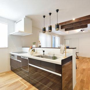 他の地域のコンテンポラリースタイルのおしゃれなキッチン (シングルシンク、フラットパネル扉のキャビネット、茶色いキャビネット、無垢フローリング、茶色い床、茶色いキッチンカウンター) の写真