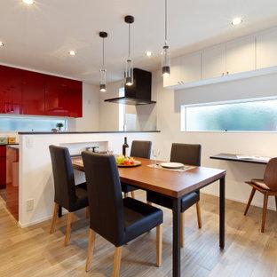 他の地域のコンテンポラリースタイルのおしゃれなダイニングキッチン (淡色無垢フローリング、ベージュの床、塗装板張りの天井) の写真