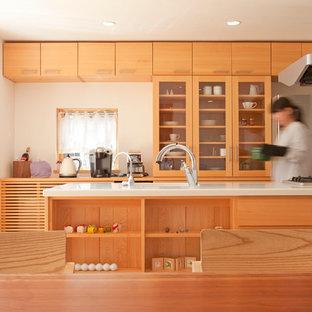 他の地域のアジアンスタイルのおしゃれなキッチン (ガラス扉のキャビネット、淡色木目調キャビネット、白いキッチンカウンター) の写真