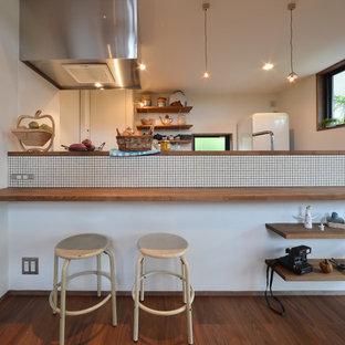 名古屋のアジアンスタイルのおしゃれなキッチン (無垢フローリング、茶色い床) の写真
