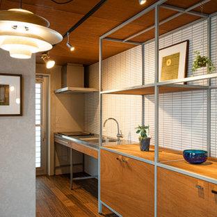 Стильный дизайн: маленькая прямая кухня-гостиная в современном стиле с монолитной раковиной, открытыми фасадами, коричневыми фасадами, столешницей из нержавеющей стали, серым фартуком, фартуком из керамогранитной плитки, техникой из нержавеющей стали, полом из фанеры, островом, коричневым полом, коричневой столешницей и деревянным потолком - последний тренд