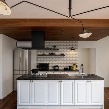 西海岸のようなヴィンテージインテリアに映える白い框扉のキッチン