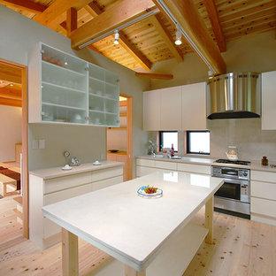 他の地域の和風のおしゃれなキッチン (シングルシンク、フラットパネル扉のキャビネット、白いキャビネット、白いキッチンパネル、淡色無垢フローリング、ベージュの床) の写真
