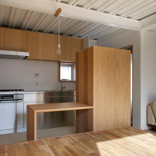 大阪のアジアンスタイルのおしゃれなキッチン (フラットパネル扉のキャビネット、ステンレスキャビネット、木材カウンター、白いキッチンパネル、シルバーの調理設備、ベージュの床、茶色いキッチンカウンター) の写真
