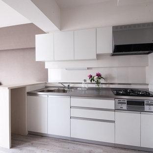 Offene Shabby-Style Küche mit Edelstahl-Arbeitsplatte, Küchenrückwand in Weiß und Sperrholzboden in Sonstige
