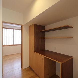 他の地域の中くらいのアジアンスタイルのおしゃれなキッチン (フラットパネル扉のキャビネット、濃色木目調キャビネット、木材カウンター、茶色いキッチンパネル、木材のキッチンパネル、茶色いキッチンカウンター、茶色い床) の写真