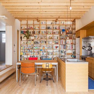 東京23区のエクレクティックスタイルのおしゃれなキッチン (シングルシンク、フラットパネル扉のキャビネット、中間色木目調キャビネット、ステンレスカウンター、淡色無垢フローリング、ベージュの床) の写真