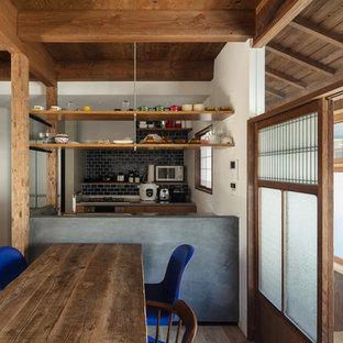 他の地域の中くらいの和風のおしゃれなキッチン (アンダーカウンターシンク、インセット扉のキャビネット、中間色木目調キャビネット、ステンレスカウンター、青いキッチンパネル、セラミックタイルのキッチンパネル、白い調理設備、淡色無垢フローリング、アイランドなし、茶色い床、グレーのキッチンカウンター) の写真