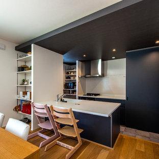 他の地域のコンテンポラリースタイルのおしゃれなキッチン (グレーのキャビネット、磁器タイルの床、グレーの床、白いキッチンカウンター) の写真