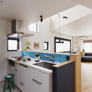 東京23区のII型コンテンポラリースタイルのLDKの画像 (アンダーカウンターシンク、インセット扉のキャビネット、白いキャビネット、白いキッチンパネル、シルバーの調理設備、白いキッチンカウンター)