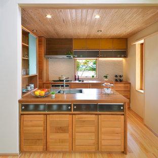 他の地域のアジアンスタイルのおしゃれなキッチン (シングルシンク、茶色いキャビネット、木材カウンター、無垢フローリング、茶色い床、茶色いキッチンカウンター) の写真