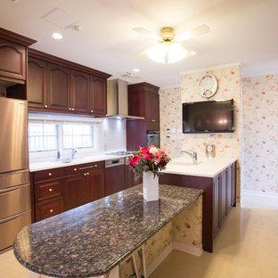 Klassisk inredning av ett avskilt, stort vit vitt parallellkök, med en integrerad diskho, luckor med infälld panel, skåp i mörkt trä, bänkskiva i koppar, brunt stänkskydd, stänkskydd i trä, klinkergolv i porslin, en köksö och gult golv