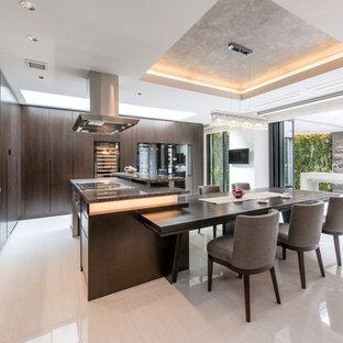 モダンスタイルのおしゃれなキッチン (濃色木目調キャビネット、マルチカラーのキッチンパネル、モザイクタイルのキッチンパネル、ベージュの床、シングルシンク、大理石の床) の写真