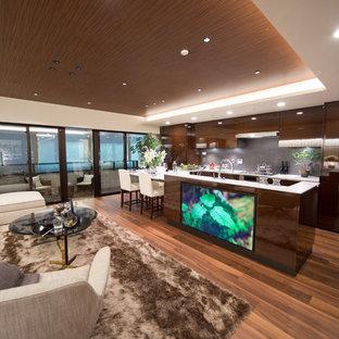 東京都下の巨大なコンテンポラリースタイルのおしゃれなキッチン (グレーのキッチンパネル、セラミックタイルのキッチンパネル、フラットパネル扉のキャビネット、茶色いキャビネット、無垢フローリング、茶色い床) の写真