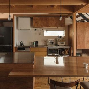 他の地域の小さいアジアンスタイルのおしゃれなキッチン (一体型シンク、オープンシェルフ、ベージュのキャビネット、ステンレスカウンター、白いキッチンパネル、セラミックタイルのキッチンパネル、シルバーの調理設備の、無垢フローリング、ベージュの床、グレーのキッチンカウンター) の写真
