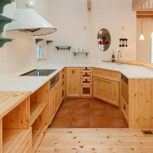 他の地域のカントリー風おしゃれなL型キッチン (一体型シンク、落し込みパネル扉のキャビネット、中間色木目調キャビネット、無垢フローリング) の写真