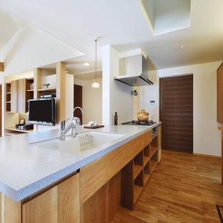他の地域の和風のおしゃれなキッチン (シングルシンク、フラットパネル扉のキャビネット、中間色木目調キャビネット、無垢フローリング、茶色い床) の写真