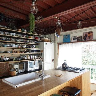 東京23区のI型エクレクティックスタイルのキッチンの画像 (ドロップインシンク、オープン棚、中間色木目調キャビネット、木材カウンター、無垢フローリング、アイランド1つ、茶色い床、茶色いキッチンカウンター)