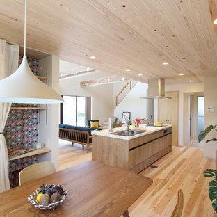 他の地域の和風のおしゃれなキッチン (シングルシンク、フラットパネル扉のキャビネット、中間色木目調キャビネット、淡色無垢フローリング、ベージュの床) の写真