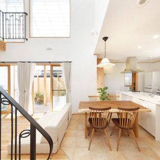 他の地域の小さいコンテンポラリースタイルのおしゃれなキッチン (フラットパネル扉のキャビネット、白いキャビネット、白い調理設備、ベージュの床、白いキッチンカウンター) の写真