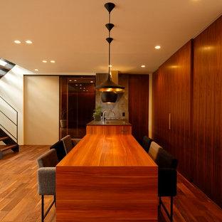 他の地域のミッドセンチュリースタイルのおしゃれなキッチン (シングルシンク、無垢フローリング、茶色い床、ステンレスカウンター) の写真