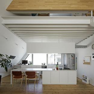 東京23区のモダンスタイルのおしゃれなキッチン (アンダーカウンターシンク、インセット扉のキャビネット、白いキャビネット、木材カウンター、シルバーの調理設備の、無垢フローリング、ベージュの床、ベージュのキッチンカウンター) の写真