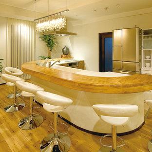 他の地域のコンテンポラリースタイルのおしゃれなキッチン (一体型シンク、無垢フローリング、茶色い床) の写真