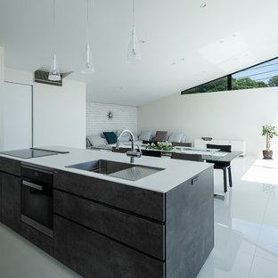 他の地域の中くらいのモダンスタイルのおしゃれなキッチン (磁器タイルの床、白い床) の写真