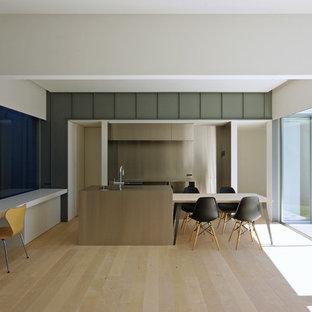 他の地域のモダンスタイルのおしゃれなアイランドキッチン (シングルシンク、塗装フローリング、ベージュの床) の写真