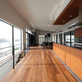 東京23区のモダンスタイルのおしゃれなキッチン (シングルシンク、フラットパネル扉のキャビネット、茶色いキャビネット、グレーの床) の写真