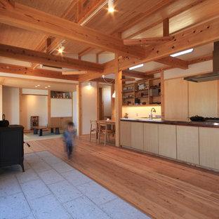 他の地域の和風のおしゃれなキッチン (シングルシンク、フラットパネル扉のキャビネット、淡色木目調キャビネット、ステンレスカウンター、無垢フローリング、茶色い床) の写真