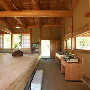 他の地域のアジアンスタイルのおしゃれなキッチン (シングルシンク、オープンシェルフ、ステンレスカウンター、コンクリートの床、グレーの床) の写真
