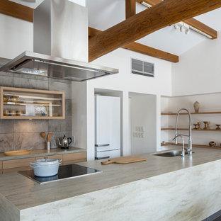 名古屋の北欧スタイルのおしゃれなキッチン (シングルシンク、フラットパネル扉のキャビネット、淡色木目調キャビネット、グレーの床) の写真