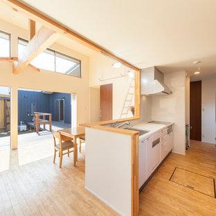 他の地域の北欧スタイルのおしゃれなキッチン (茶色い床) の写真