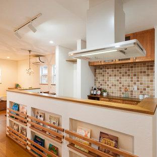 他の地域のアジアンスタイルのおしゃれなアイランドキッチン (中間色木目調キャビネット、無垢フローリング) の写真
