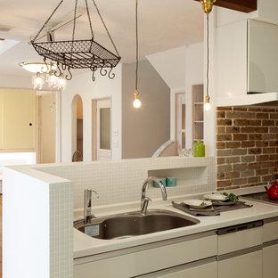 他の地域のカントリー風おしゃれなLDK (シングルシンク、フラットパネル扉のキャビネット、白いキャビネット、白いキッチンパネル、無垢フローリング、茶色い床) の写真