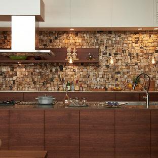 東京都下のアジアンスタイルのおしゃれなキッチン (一体型シンク、フラットパネル扉のキャビネット、濃色木目調キャビネット、ステンレスカウンター、茶色い床、茶色いキッチンカウンター) の写真