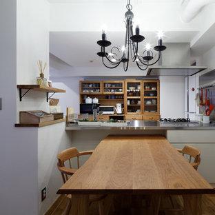 他の地域のエクレクティックスタイルのおしゃれなキッチン (シングルシンク、ソープストーンカウンター、無垢フローリング、茶色い床) の写真