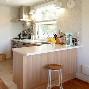他の地域のコンテンポラリースタイルのおしゃれなキッチン (シングルシンク、フラットパネル扉のキャビネット、淡色木目調キャビネット、塗装フローリング、茶色い床) の写真