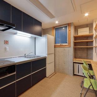 東京23区の中サイズのアジアンスタイルのおしゃれなキッチン (シングルシンク、フラットパネル扉のキャビネット、ターコイズのキャビネット、ステンレスカウンター、白いキッチンパネル、ガラス板のキッチンパネル、シルバーの調理設備の、クッションフロア、アイランドなし、ベージュの床、グレーのキッチンカウンター) の写真