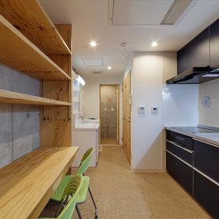 東京23区の中サイズのアジアンスタイルのおしゃれなキッチン (シングルシンク、フラットパネル扉のキャビネット、ターコイズのキャビネット、ステンレスカウンター、白いキッチンパネル、クッションフロア、アイランドなし、ベージュの床、グレーのキッチンカウンター) の写真