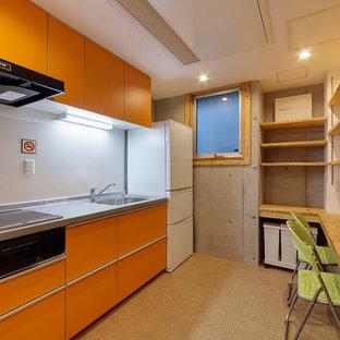 Réalisation d'une cuisine américaine linéaire asiatique de taille moyenne avec un évier 1 bac, un placard à porte plane, des portes de placard oranges, un plan de travail en inox, une crédence blanche, un électroménager en acier inoxydable, un sol en vinyl, aucun îlot, un sol orange et un plan de travail gris.