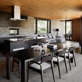 他の地域のコンテンポラリースタイルのおしゃれなアイランドキッチン (シングルシンク、フラットパネル扉のキャビネット、黒いキャビネット、グレーのキッチンパネル、塗装フローリング、グレーの床) の写真