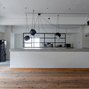 大阪の大きいインダストリアルスタイルのおしゃれなキッチン (アンダーカウンターシンク、インセット扉のキャビネット、中間色木目調キャビネット、コンクリートカウンター、白いキッチンパネル、サブウェイタイルのキッチンパネル、シルバーの調理設備の、コンクリートの床、グレーの床) の写真