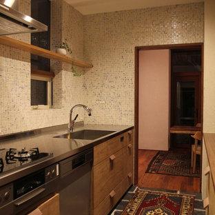 札幌のアジアンスタイルのおしゃれなキッチン (一体型シンク、フラットパネル扉のキャビネット、中間色木目調キャビネット、ステンレスカウンター、白いキッチンパネル、アイランドなし、グレーの床、グレーのキッチンカウンター) の写真